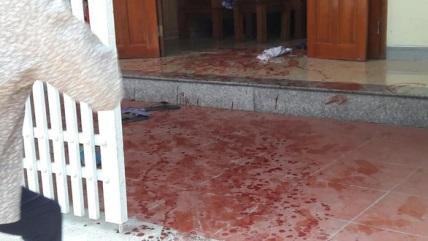 2vc - Hai vợ chồng bị truy sát, gục trên vũng máu, người vợ tử vong