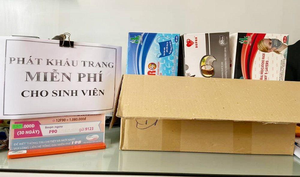 83954708 10206578359694895 2736077661439787008 n - Xuất hiện nhiều điểm phát khẩu trang y tế miễn phí tại Huế