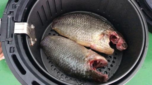 Nướng thử 2 con cá rô khủng cả nửa kg bằng nồi chiên nướng không dầu Viaicom V45A và cái kết - Nướng thử 2 con cá rô khủng cả nửa kg bằng nồi chiên nướng không dầu Viaicom V45A và cái kết!
