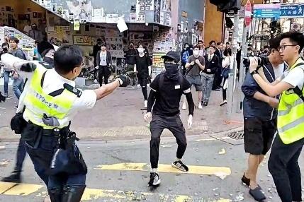 canh sat hong kong ban nguoi - Sự thật clip cáo buộc cảnh sát Vũ Hán bắn bệnh nhân nhiễm Covid-19 trên đường phố