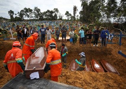 chon nguoi - Nhói lòng cảnh chôn cất người chết vì Covid-19