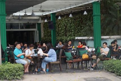 ha noi ngay 1 5 - Nhiều người ở Hà Nội không còn đeo khẩu trang nơi công cộng