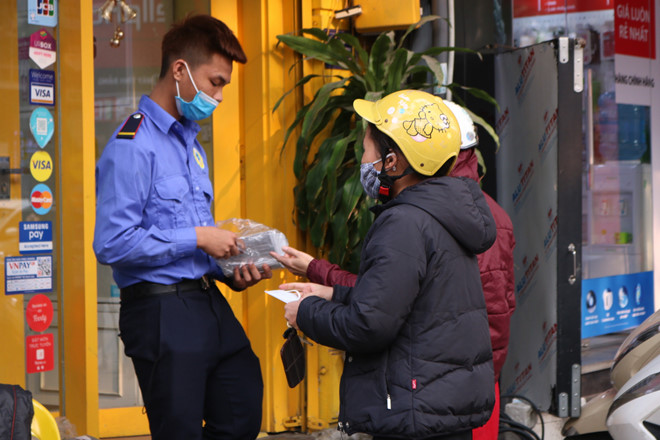 Phát khẩu trang y tế miễn phí ở Hà Nội