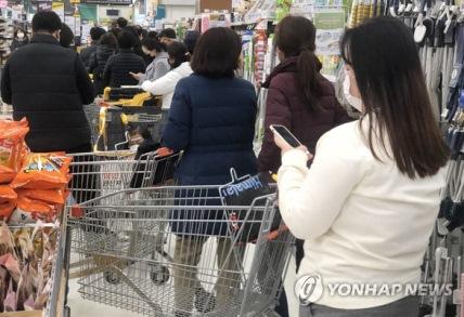 khach hang xep hang o daegu mua mat na 15822825969441059700237 - Người đàn ông Hàn Quốc chết tại nhà riêng, nghi do nhiễm virus corona
