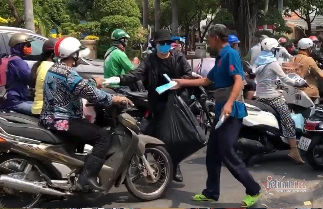 nguoi sai gon xuong duong phat khau trang chong virus corona mien phi - Chơi đẹp, người Sài Gòn phát khẩu trang miễn phí phòng virus corona