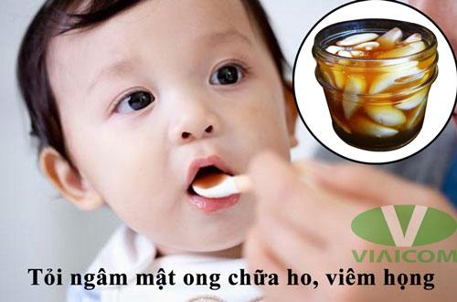 Tỏi ngâm mật ong chữa ho, viêm họng cho trẻ.