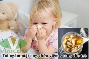 Tỏi ngâm mật ong chữa viêm xoang mũi cho trẻ.
